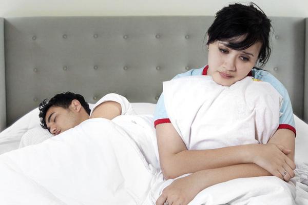 Ám ảnh vì chồng thường xuyên ham hố chuyện giường chiếu, đuổi vợ lòng vòng quanh nhà