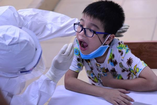 Người Hà Nội từ Đà Nẵng trở về hối hả đi xét nghiệm PCR