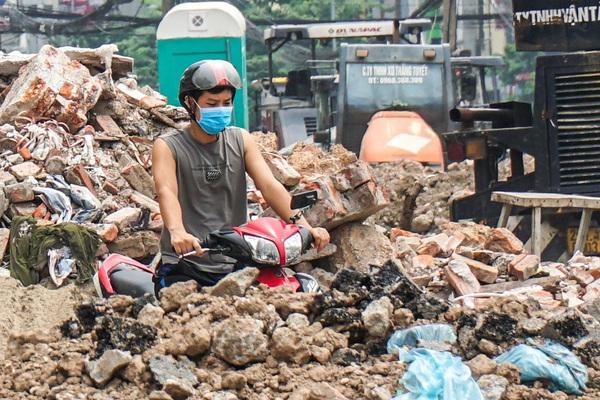Rác thải ngập ngụa, bủa vây một phần công trình xây dựng tuyến đường hơn 9.000 tỷ đồng