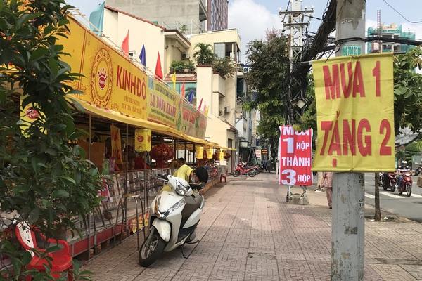 """Thực hư bánh trung thu """"mua 1 tặng 3"""", """"mua 1 tặng 4"""" đầy đường phố Sài Gòn"""