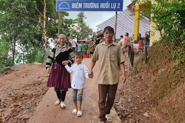 3 thế hệ trong gia đình đi dự lễ khánh thành điểm trường Huổi Lụ 2 (Điện Biên)