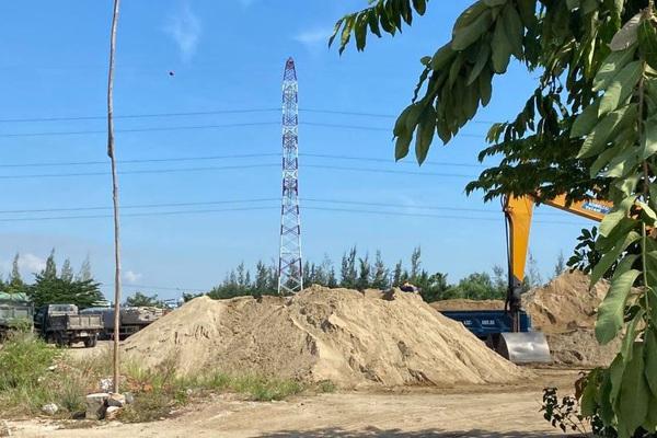 """Đà Nẵng: Bãi tập kết cát khiến người dân bức xúc, Chủ tịch xã cho rằng """"không phải cái gì cũng cần làm giấy phép"""""""