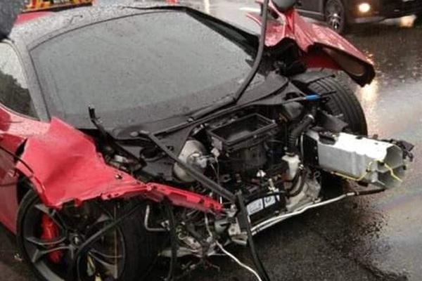 Siêu xe McLaren đắt đỏ 15 tỷ đồng bị tai nạn thiệt hại nặng nề
