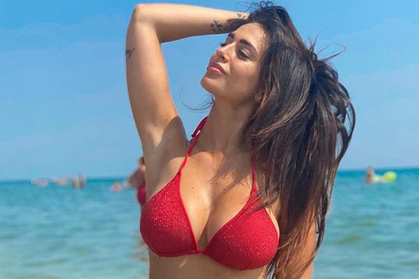 """Siêu mẫu có vòng 1 sexy khiến Balotelli """"đeo gông"""" chỉ sau 1 tháng"""