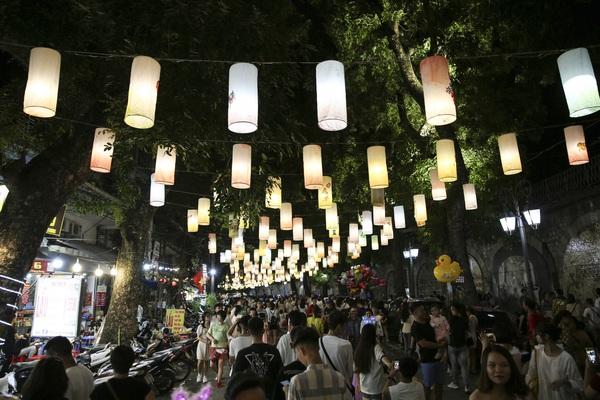 Hàng nghìn người đổ về phố bích họa Phùng Hưng thưởng lãm đèn lồng