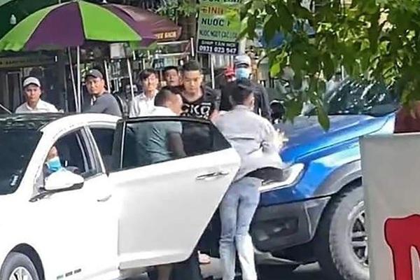 """TP.HCM: Bắt nhóm giang hồ """"bắt cóc"""" người đàn ông, đập phá xe ô tô giữa ban ngày"""