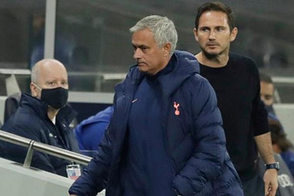 Vì sao Mourinho và Lampard cãi nhau tay đôi ngoài đường biên?