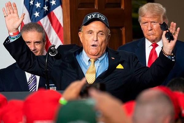 Trump trút giận lên Giuliani, cắt luôn khoản lương gần 500 triệu/ngày