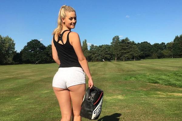 """""""Ngộp thở"""" trước vòng 3 của nữ tay golf xinh đẹp người Anh"""