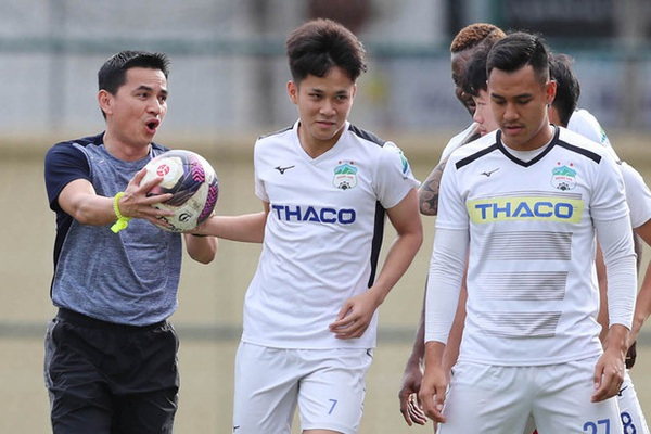 Nóng: HLV Kiatisak xử phũ với tuyển thủ U22 Việt Nam tại HAGL