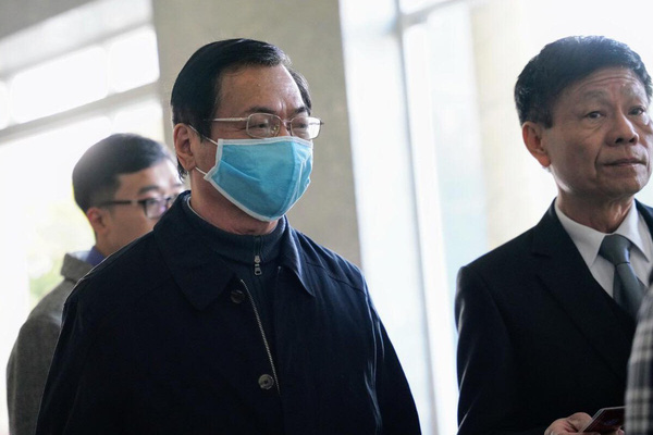 Hình ảnh Cựu Bộ trưởng Vũ Huy Hoàng tại tòa: Nhợt nhạt, đứng không vững