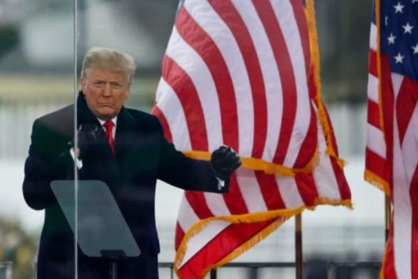 Trump tính bay khỏi Nhà Trắng trước khi Biden nhậm chức