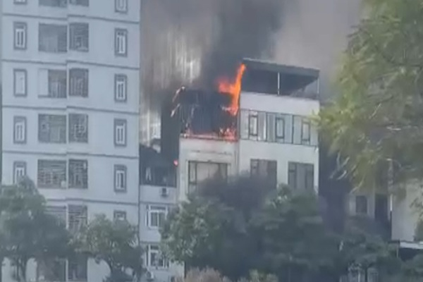 """Clip:  Cháy nhà hàng lẩu ở Thượng Đình, Hà Nội, cả toà nhà 5 tầng bị """"bà Hoả"""" thiêu rụi trong chớp mắt"""