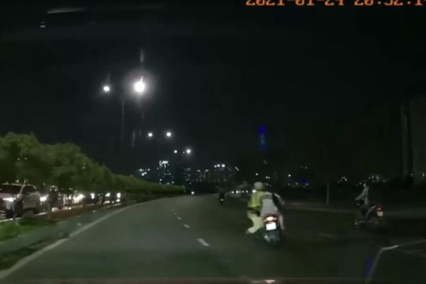 Đu theo xe máy của đôi nam nữ, CSGT té ngã xuống đường