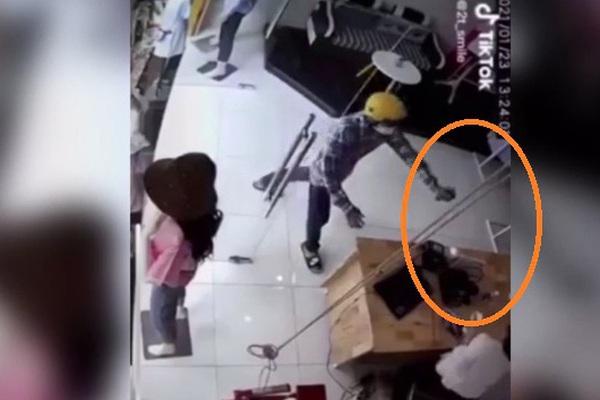 VIDEO: Táo tợn vào cửa hàng xịt hơi cay nhân viên, cướp laptop