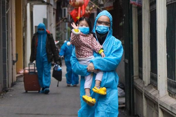 Hà Nội: Đưa người dân ở con ngõ có ca nghi nhiễm Covid-19 đi cách ly tập trung