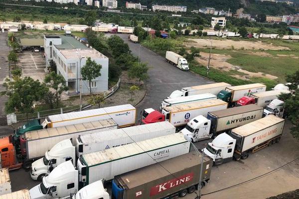 Vì sao xe hàng hoá nông sản ùn ứ tại cửa khẩu Kim Thành?
