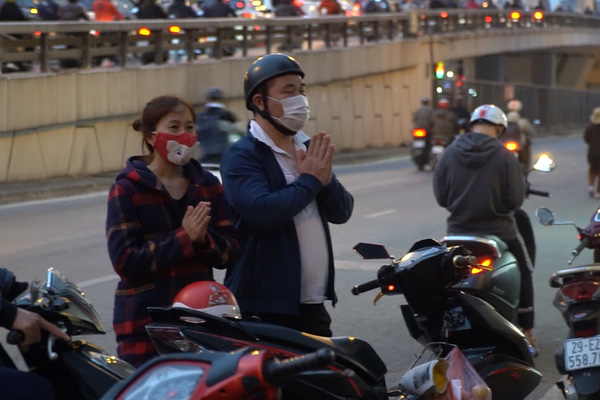 Clip: Tổ chức cầu an trực tuyến, chùa Phúc Khánh vẫn có nhiều người đến đứng ngoài vái vọng