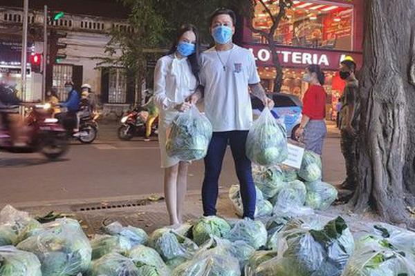 """Tuấn Hưng cùng vợ """"ra tay"""" giải cứu hàng tấn nông sản Hải Dương chỉ trong nốt nhạc"""