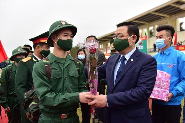 Ảnh: Bí thư và Chủ tịch Hà Nội tặng hoa, động viên thanh niên lên đường nhập ngũ