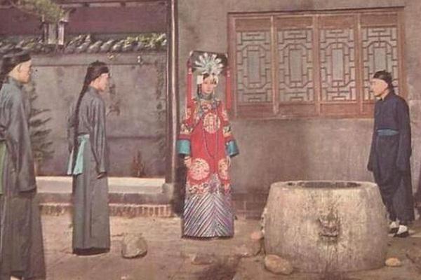 Từ Hi Thái hậu đẩy Trân phi xuống miệng giếng bé đầu khó lọt
