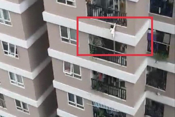 Hà Nội: Bé gái 2 tuổi rơi từ tầng 13 xuống, treo mình trên lan can