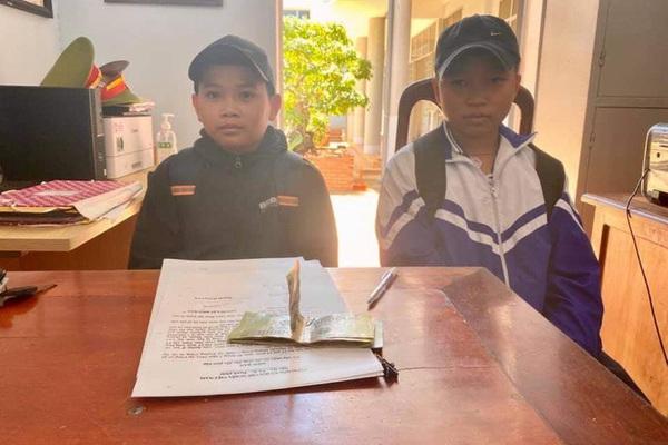 Nhặt được tiền, 2 học sinh tới công an trình báo tìm người trả lại