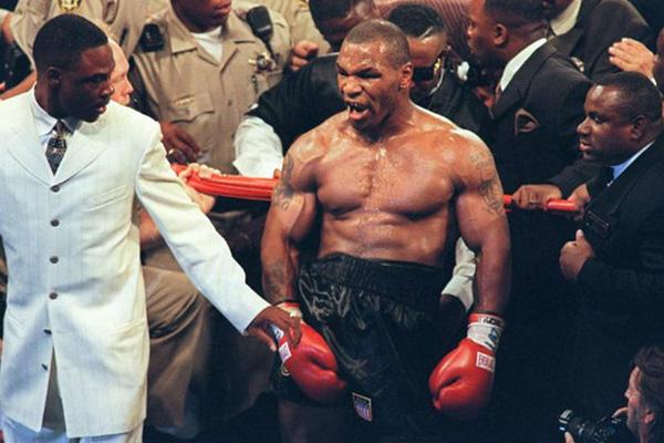 """""""Đánh lộn"""" với Mike Tyson trên đường phố, gã đàn ông nhập viện, khâu 5 mũi"""
