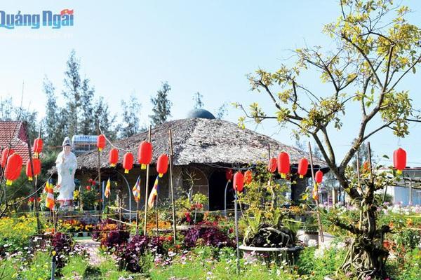 Quảng Ngãi: Bất ngờ đến ngôi chùa độc đáo có khách đường làm từ 50.000 chai nhựa, mái lợp lá dừa nước