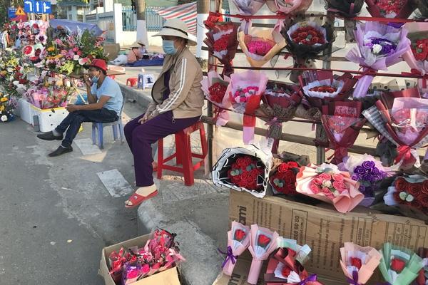 Đà Nẵng: Ngày 8/3 hoa bày kín sạp, người bán tất tả mời khách mà chẳng mấy ai mua