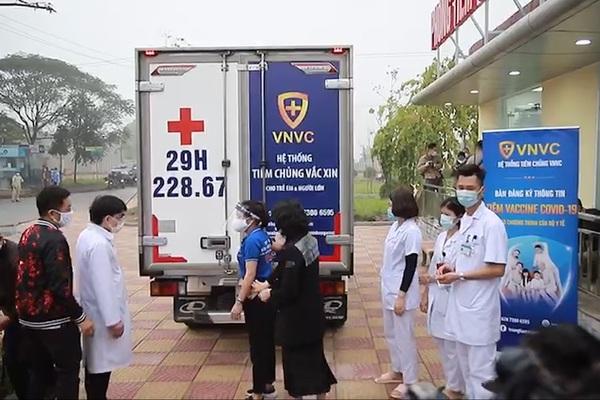 [TRỰC TIẾP] Bệnh viện Nhiệt đới Đông Anh tiêm vắc xin cho 100 người.