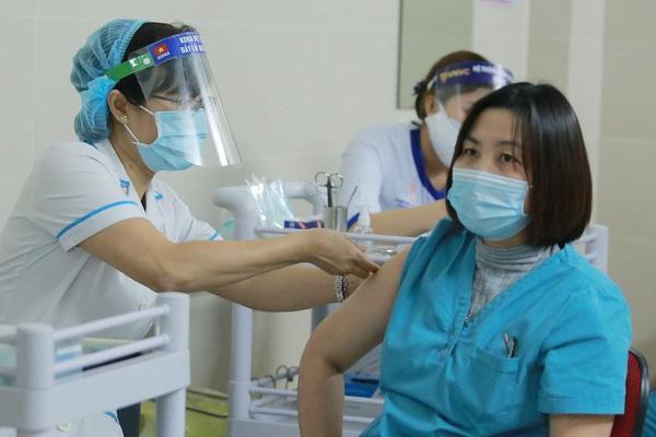 Hà Nội: Triển khai tiêm vắc xin Covid-19 cho hàng chục cán bộ, nhân viên y tế tuyến đầu
