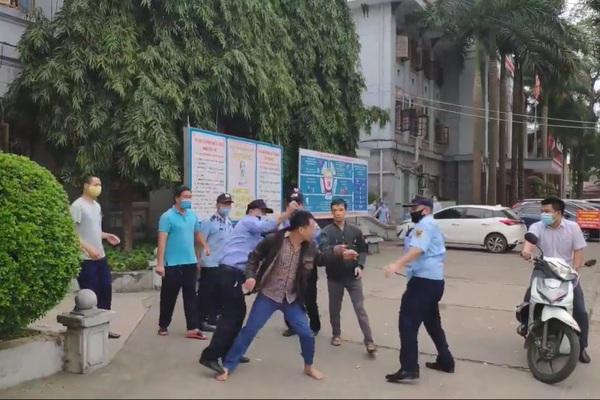 """Clip: Nhóm bảo vệ """"loạn đả"""" với người nhà bệnh nhân ngay trong Bệnh viện Đa khoa tỉnh Tuyên Quang"""