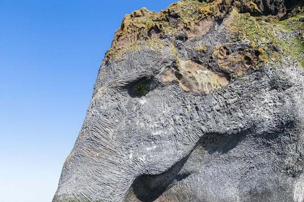 Núi lửa phun trào tạo hình này khiến nhiều người giật  mình tưởng là sản phẩm photoshop