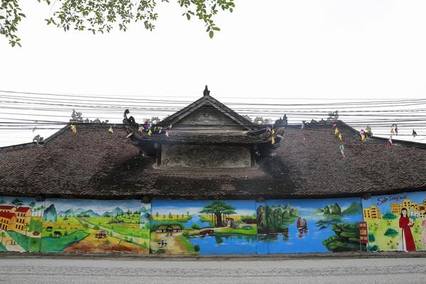 """Sơn bức tường tại đình làng gần 200 năm tuổi tại Vĩnh Phúc để """"xây dựng nông thôn mới"""""""
