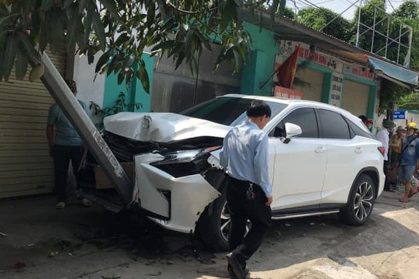 Lexus RX 300 cuốn, kéo lê 2 xe máy, 2 người bị thương nặng