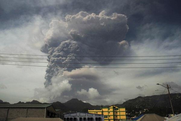Núi lửa phun trào, nổ kinh hoàng tại hòn đảo Caribe
