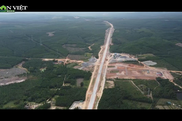 Tháng 4 Quảng Trị, xuyên rừng ngắm cung đường gần 8 ngàn tỷ những ngày tăng tốc