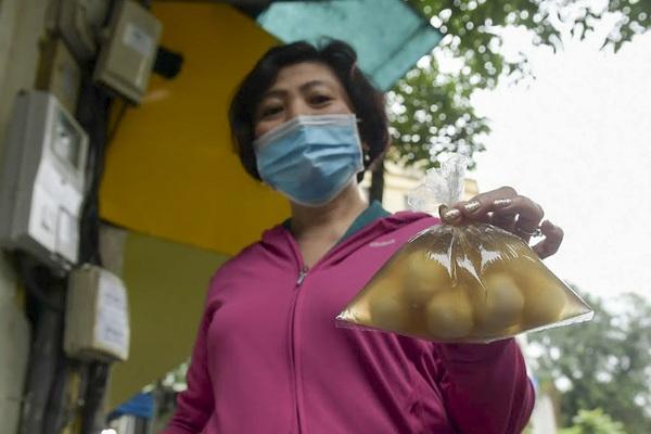 Dân Hà thành rồng rắn xếp hàng mua bánh trôi, bánh chay từ sáng sớm