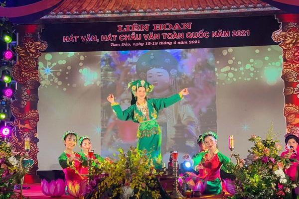 Vĩnh Phúc: Người dân và du khách kìn kìn đổ về dự Liên hoan hát Văn, Chầu văn toàn quốc
