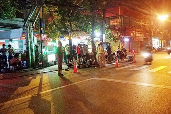 Xót xa cảnh bé trai gào khóc ôm thi thể cha giữa phố Sài Gòn