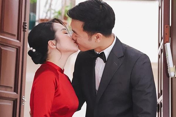 """Loạt hình Xuân Trường và Nhệ Giang cứ """"hở ra"""" là hôn nhau"""