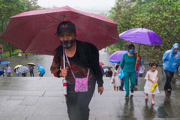 Hàng nghìn du khách đội mưa đổ về đất Tổ trong ngày khai hội đền Hùng