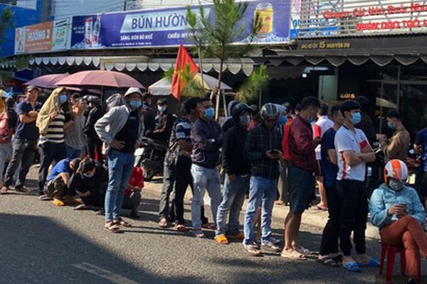 Ảnh: Người dân đội nắng chen nhau xếp hàng dài cả cây số mua vé xem trận HAGL và Hà Nội