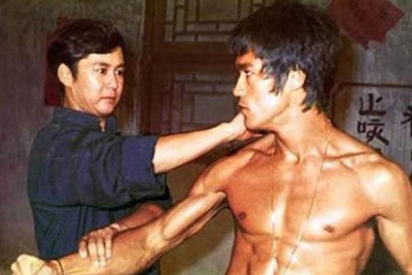 Cao thủ duy nhất hạ gục Lý Tiểu Long sử dụng võ công của môn phái nào?