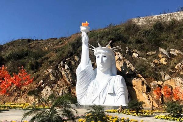 """Tượng Nữ thần tự do """"phiên bản lỗi"""" ở Sa Pa khiến cư dân mạng cười nghiêng ngả"""