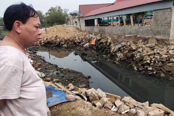 """Hà Tĩnh: Hàng trăm hộ dân """"nín thở"""" sống bên dòng kênh """"chết"""""""