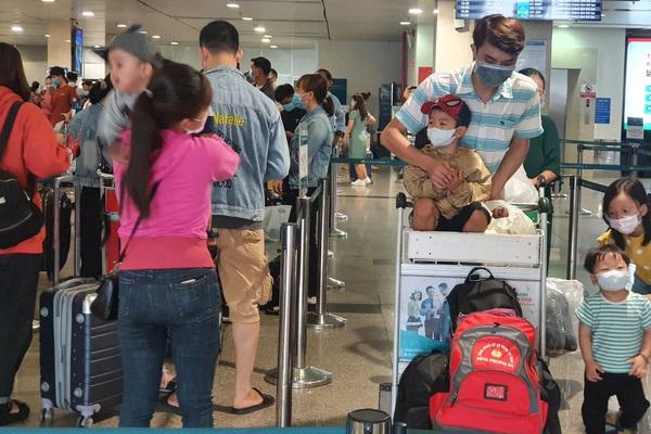 ẢNH: Cảnh đối lập ở sân bay Tân Sơn Nhất sáng Giỗ tổ Hùng Vương