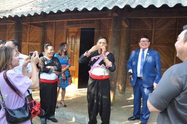 """Lai Châu: Chủ tịch Hội Nông dân Việt Nam thăm bản """"suối có vàng"""", làm homestay trên cây ở đỉnh Sơn Bạc Mây"""