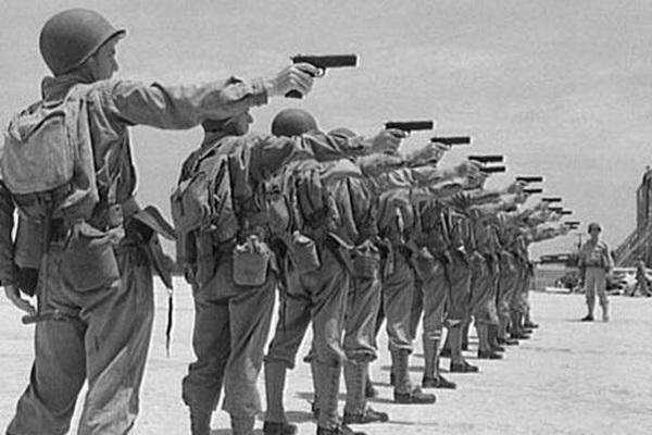 """Lính Mỹ dùng súng ngắn M1911, """"hạ gục"""" xe tăng Đức"""